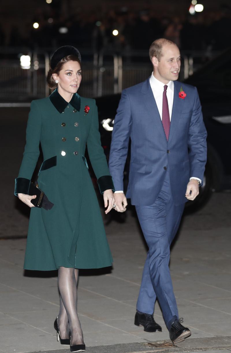 Η Κέιτ Μίντλετον με ένα κομψό πράσινο παλτό συνοδεύει τον πρίγκιπα Γουίλιαμ