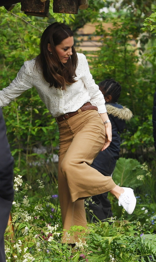 Η δούκισσα του Κέμπριτζ προσέχοντας που πατάει μέσα στον κήπο που έφτιαξε η ίδια με έμπνευση από τα παιδιά της χρόνια στην εξοχή