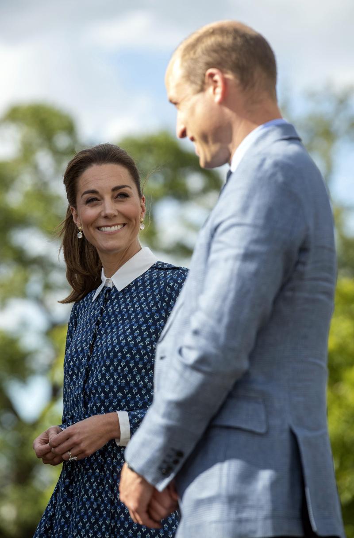 χαμογελαστή Κέιτ Μίντλετον με πρίγκιπα Γουίλιαμ στα μπλε