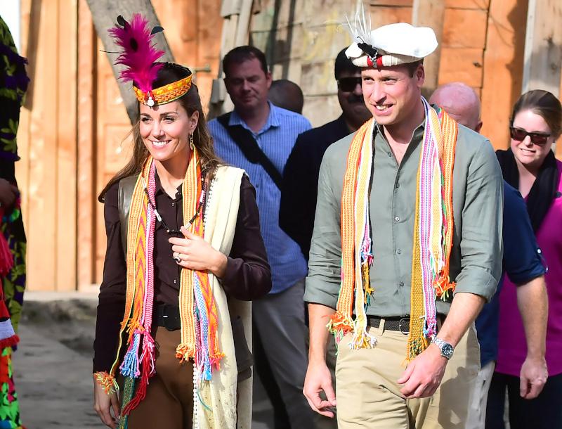 Κέιτ Μίντλετον και πρίγκιπας Γουίλιαμ με παραδοσιακά καπέλα των Καλάς
