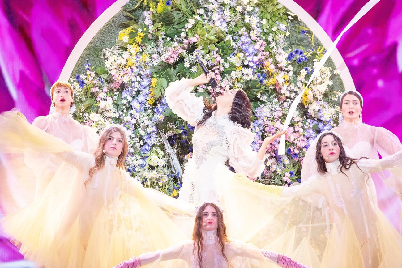 Το σκηνικό στην σκηνή της Eurovision περιστρέφεται και αποκαλύπτει έναν κάθετο κήπο γεμάτο λουλούδια