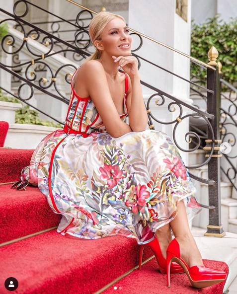 Κατερίνα Καινούργιου με φλοράλ φόρεμα