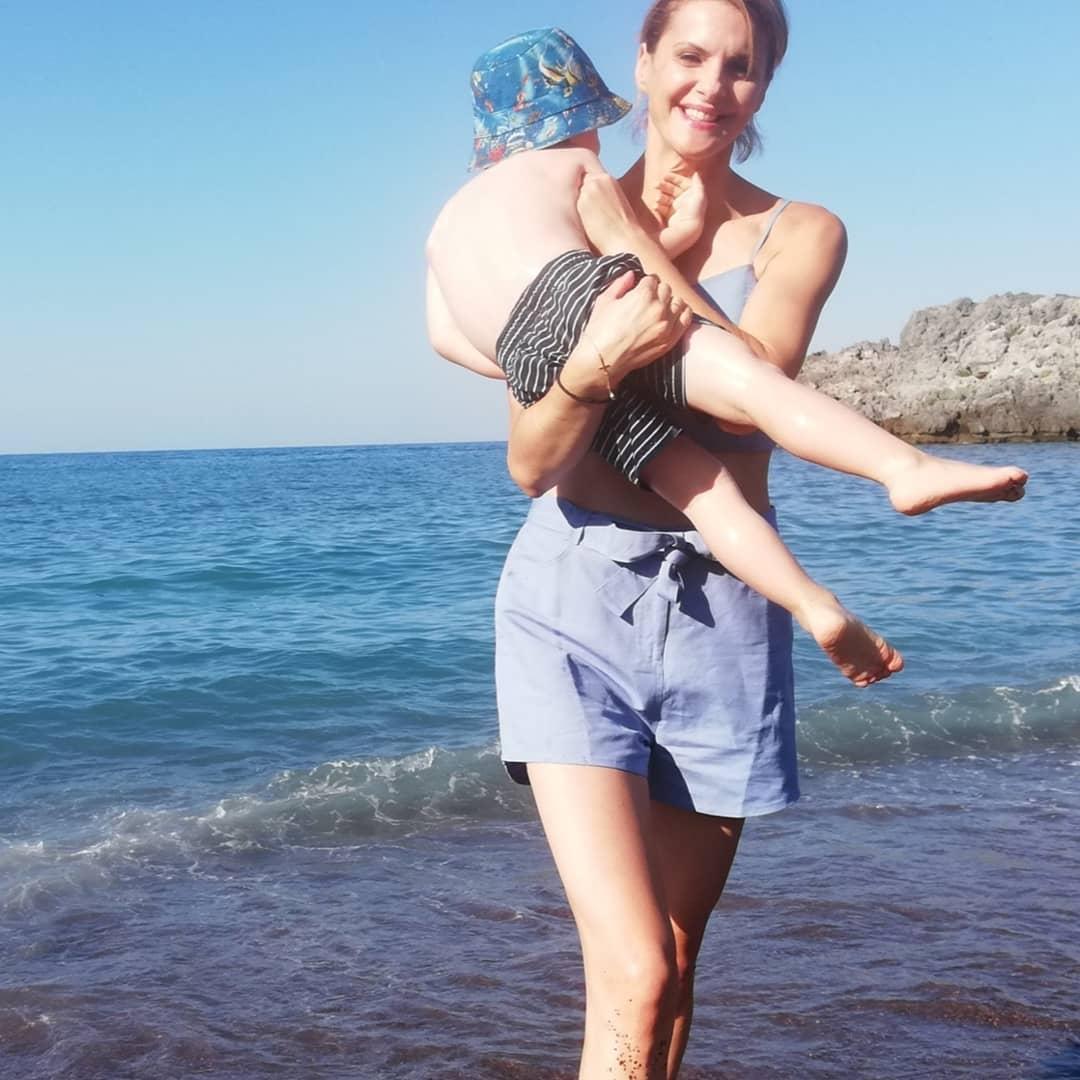 Η Κατερίνα Μάρκου στην παραλία αγκαλιά με τον γιο της