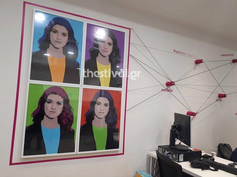Ροζ λεπτομέρειες σε τοίχο του εκλογικού κέντρου της Κατερίνας Νοτοπούλου