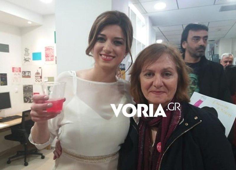 Η Κατερίνα Νοτοπούλου με ένα «Νοτοπόλιταν» ανά χείρας στο εκλογικό της κέντρο