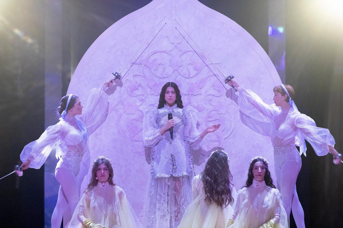 Ξιφομάχοι και κορδέλες ρυθμικής πλαισιώνουν την Κατερίνα Ντούσκα στη σκηνή της Eurovision