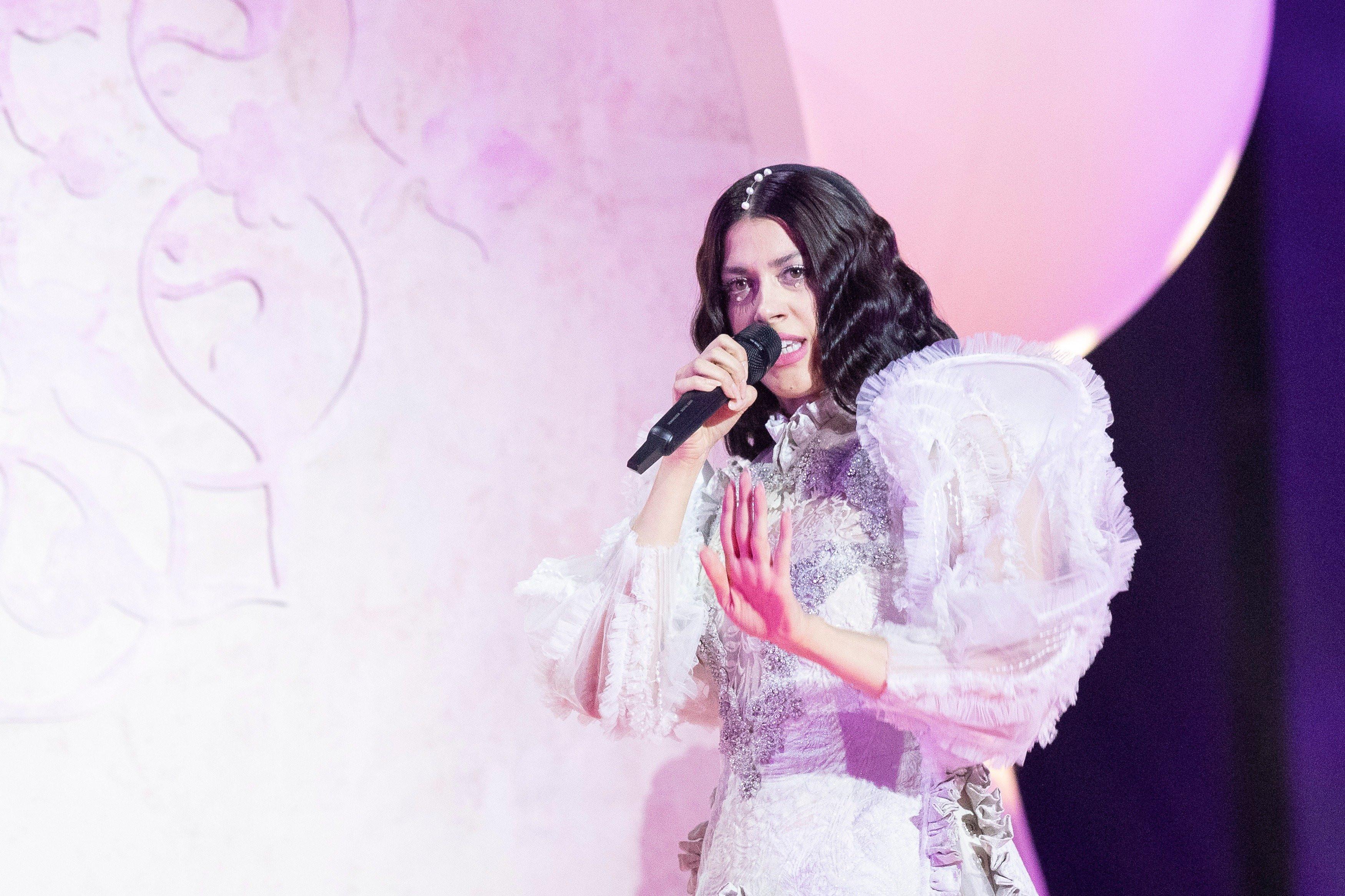 Η Κατερίνα Ντούσκα με αναγεννησιακό στιλ στη σκηνή της Eurovision