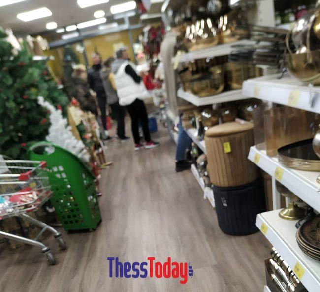 Εμπορικά καταστήματα ανοιχτά με πελάτες παρά το lockdown