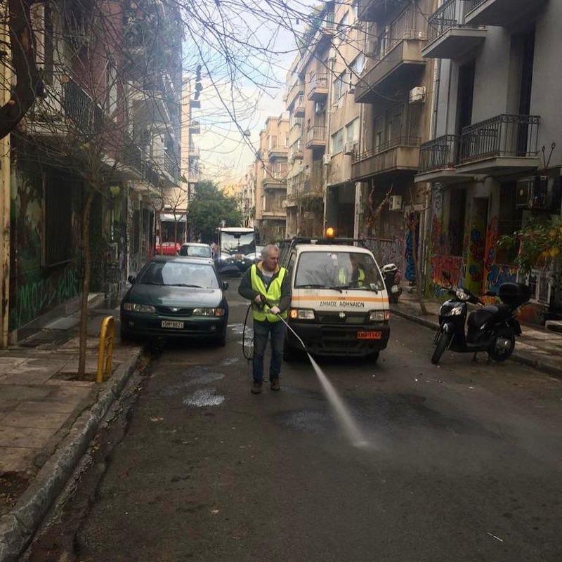 Επιχείρηση καθαριότητας στην περιοχή των Εξαρχείων. Συνεργεία του δήμου ξανά στους δρόμους