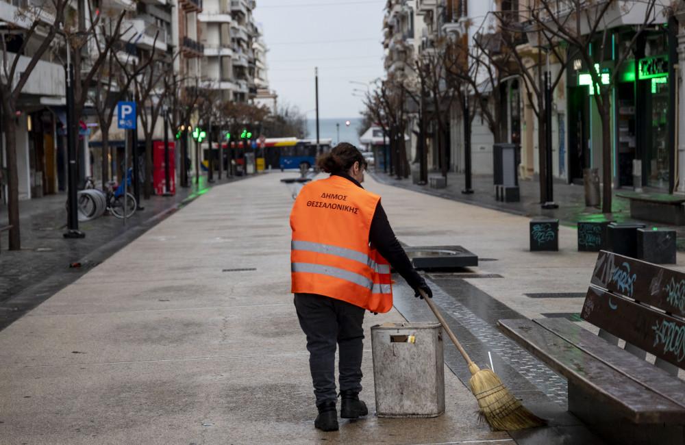 Καθαρίστρια σε άδειο δρόμο στην Θεσσαλονίκη