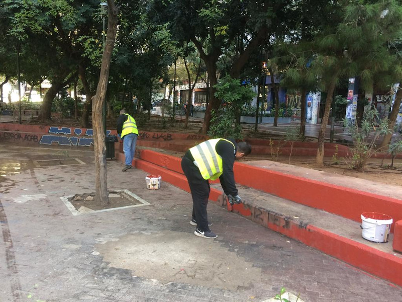 Συνεργεία του δήμου καθάρισαν την πλατεία από γκράφιτι