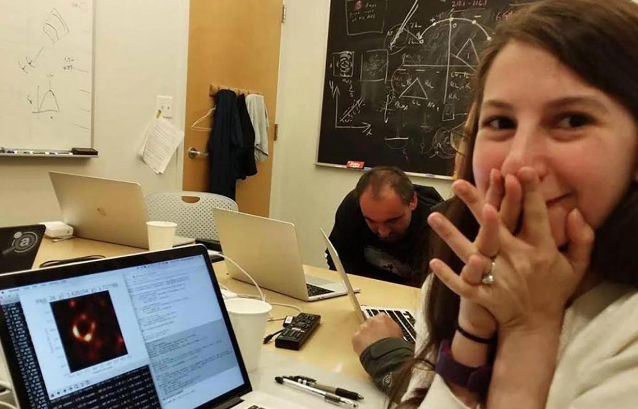 Η 29χρονη προγραμματίστρια, Κέιτι Μπούμαν προστά στο laptop της την ώρα που φόρτωνε τη φωτογραφία με τη μαύρη τρύπα.