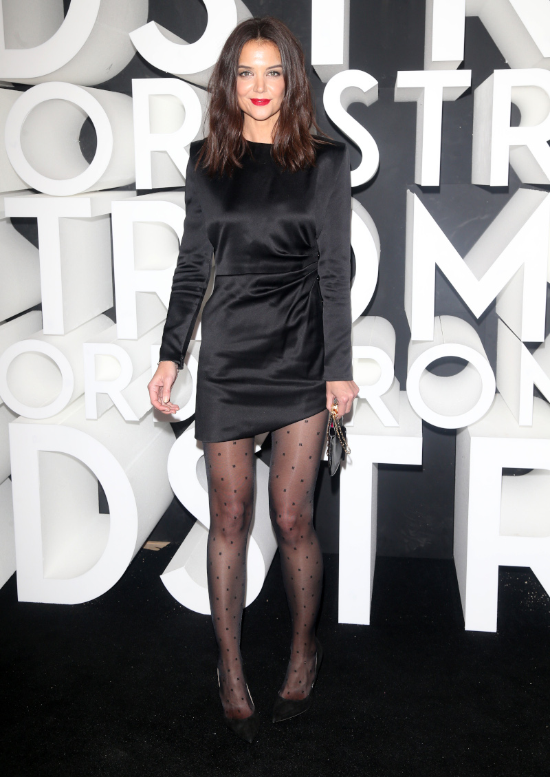 Η Κέιτι Χολμς με το μικρό μαύρο φόρεμα