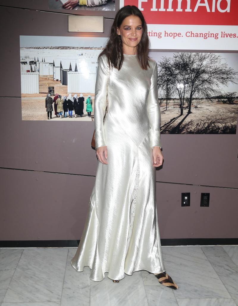 Το μακρυμάνικο σατέν λευκό φόρεμα της Κέιτι Χολμς