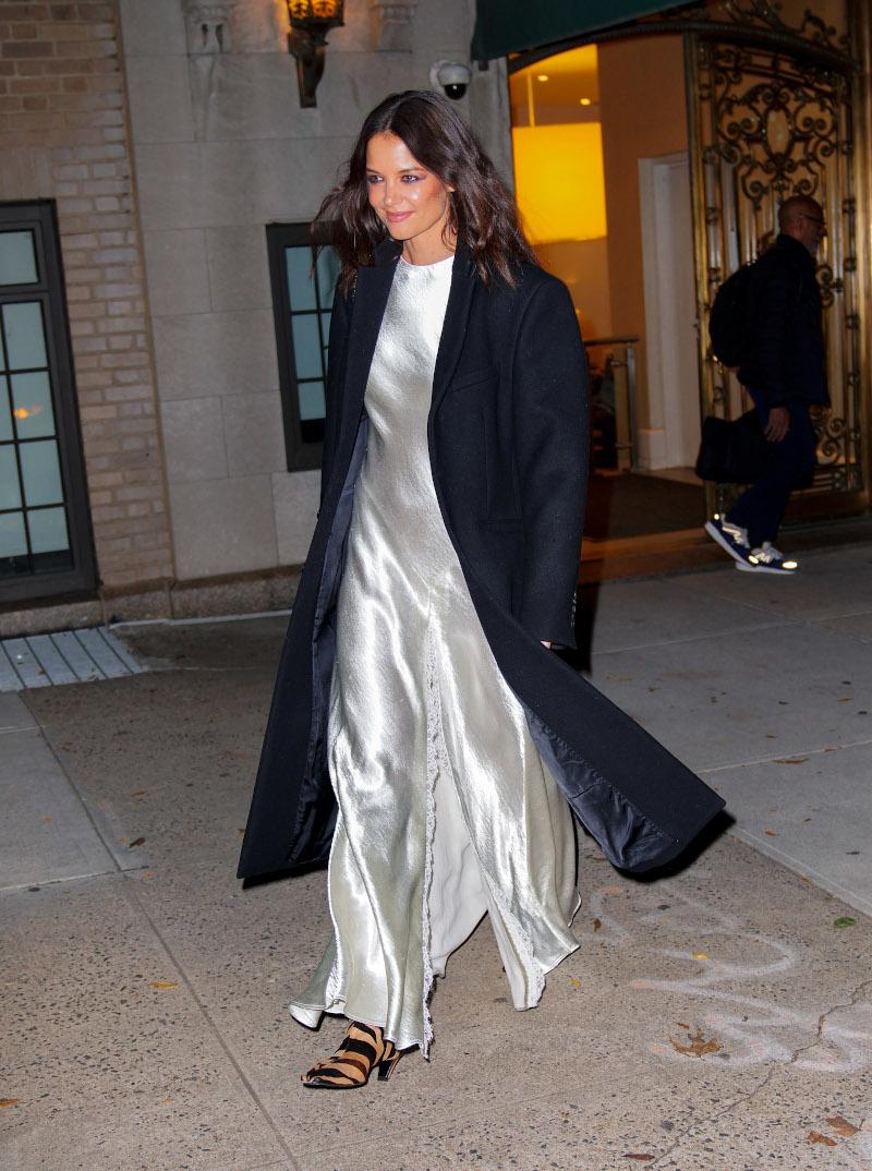 Η τολμηρή εμφάνιση της Κέιτι Χολμς: με λευκό σατέν φόρεμα και zebra print μπότες