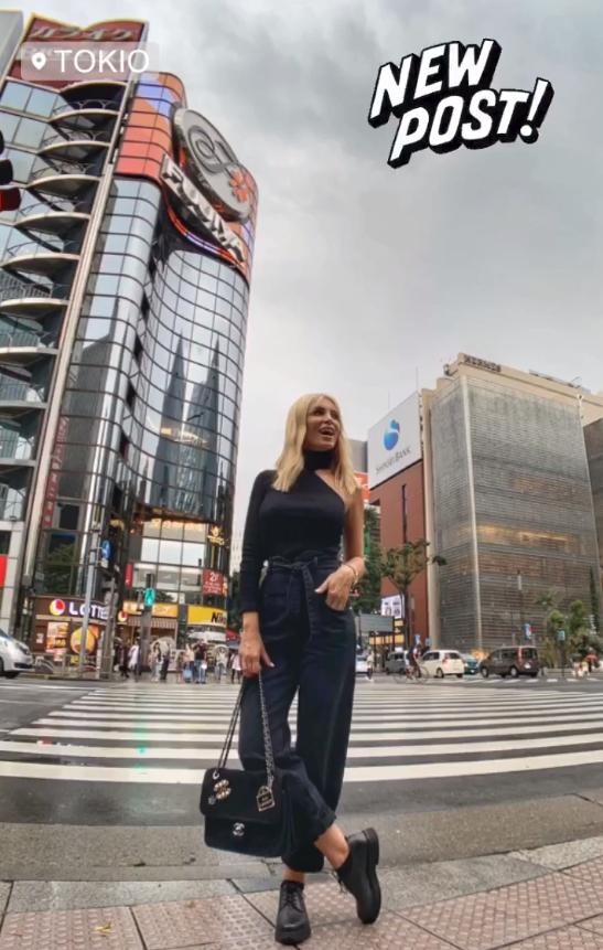 Με φόντο έναν γυάλινο ουρανοξύστη στο Τόκιο η Κατερίνα Καινούργιου / Φωτογραφία: Instagram