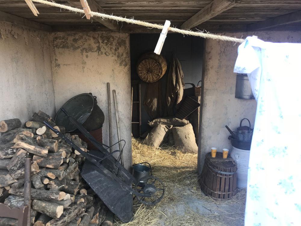 Το κατώι του σπιτιού που κατασκευάστηκε αποκλειστικά για τις ανάγκες της σειράς «Άγριες Μέλισσες»