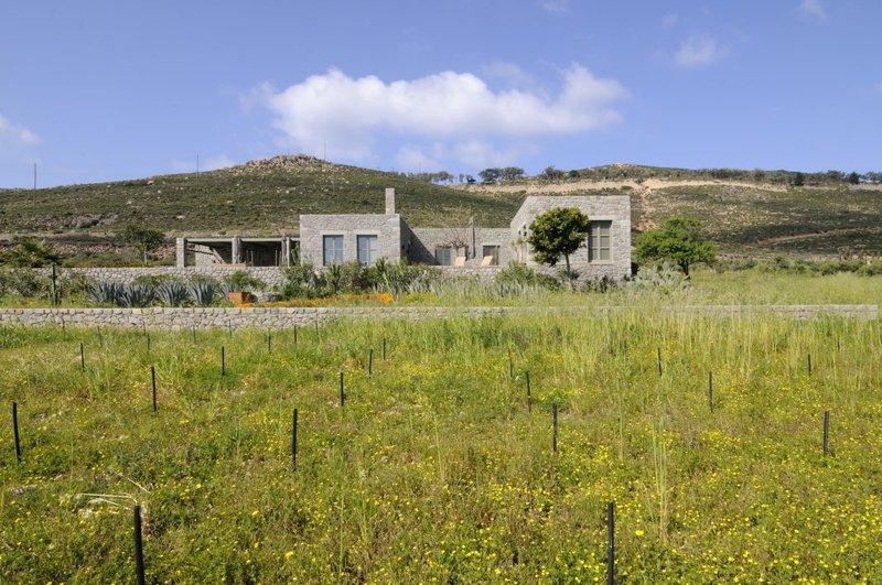 Το πέτρινο σπίτι μέσα στην φύση