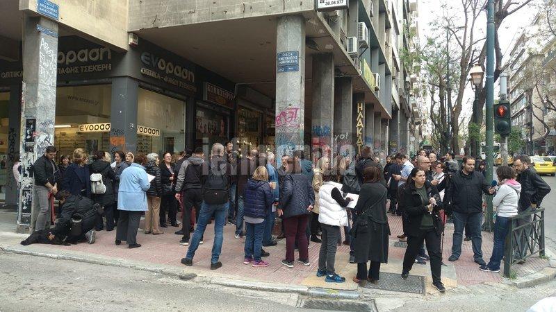 Κάτοικοι των Εξαρχείων στέκονται στη συμβολή των οδών Θεμιστοκλέους και Ακαδημίας