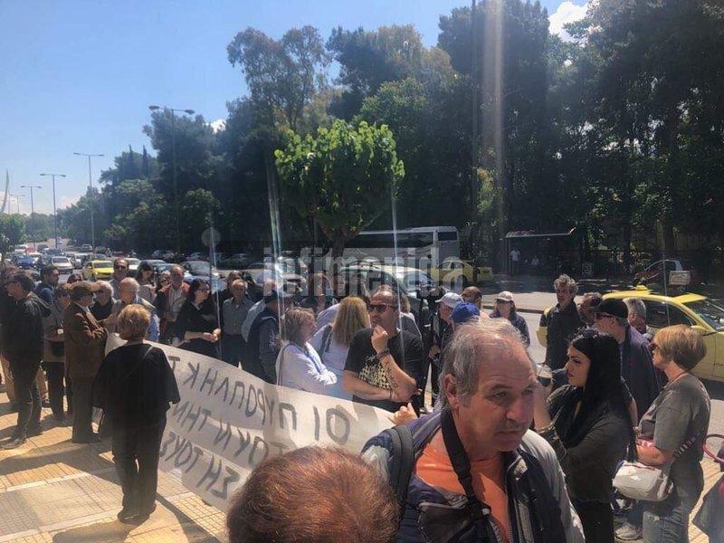 Διαμαρτυρόμενοι έξω από το υπουργείο Περιβάλλοντος