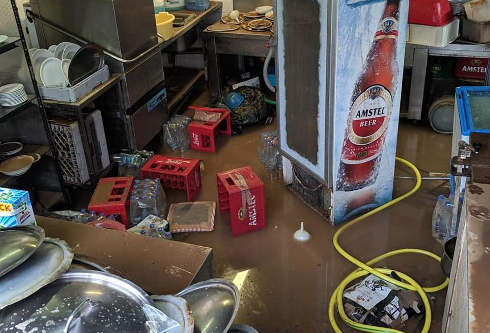 πλημμύρα σε  μαγαζί με τελάρα και ψυγεία