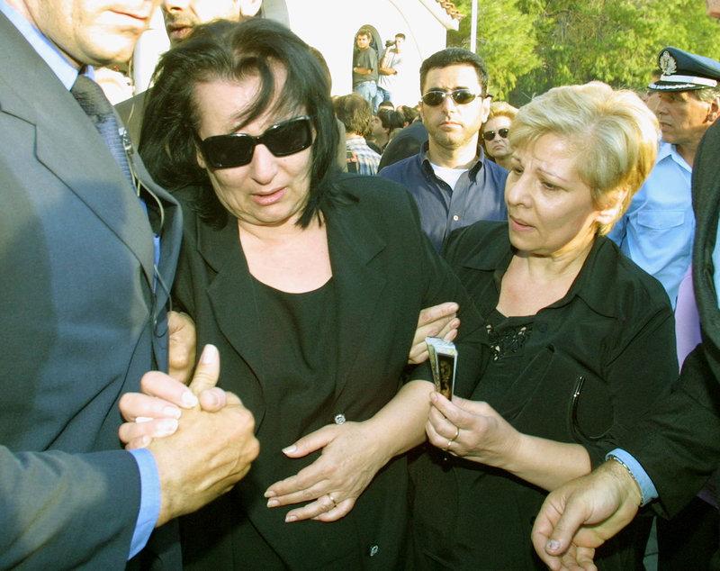 Η σύζυγος του Στέλιου Καζαντζίδη, Βάσω, υποβασταζόμενη στην κηδεία του λαϊκού τραγουδιστή