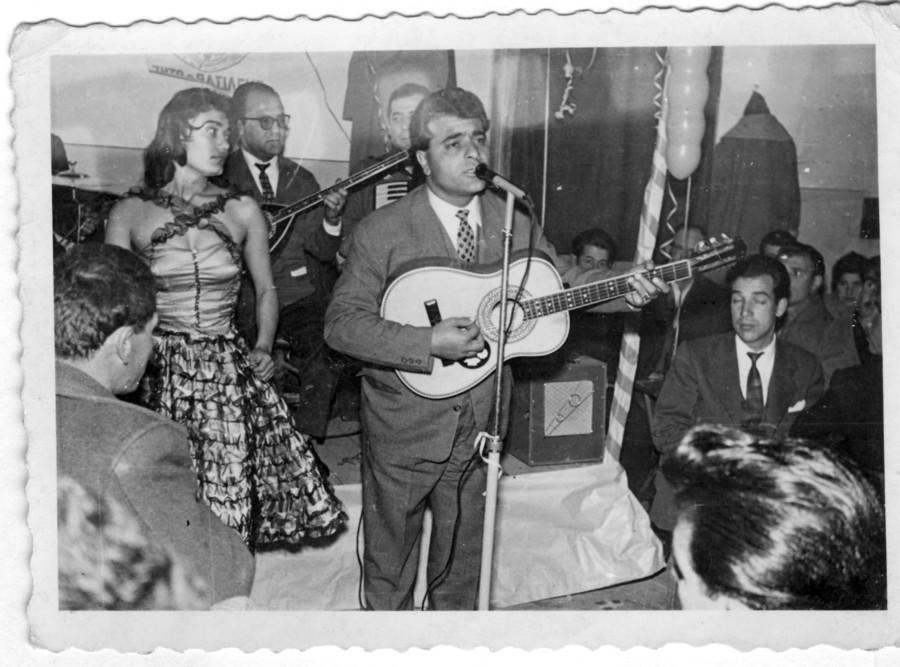 1958: Ο Στέλιος Καζαντζίδης και η Μαρινέλα, τραγουδούν στις αποθήκες του πρώτου γεωργικού συνεταιρισμού Χαλάστρας
