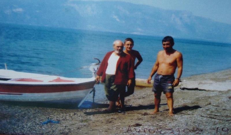 Ο Στέλιος Καζαντζίδης με τη βάρκα του και φίλους στον Αγιο Κωνσταντίνο