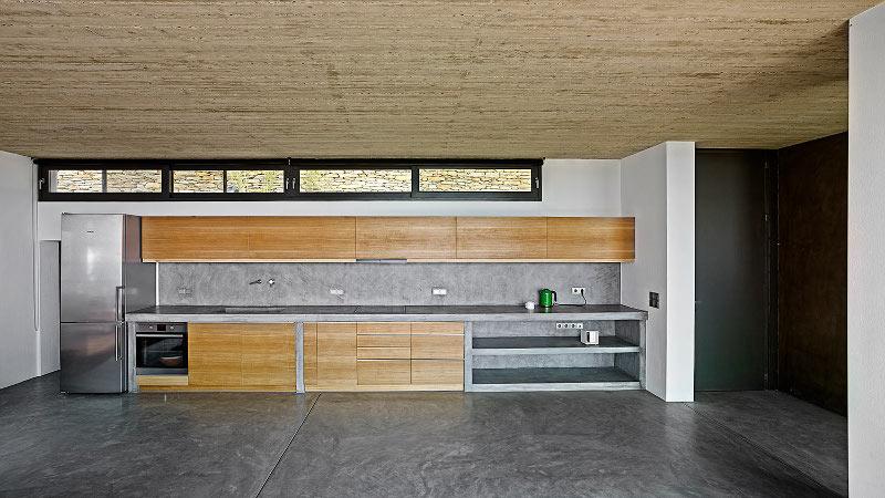 Κουζίνα με ξύλινα ντουλάπια