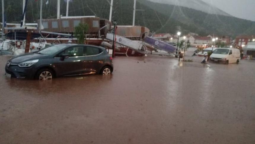 Τα αυτοκίνητα κόλλησαν στην λάσπη λόγω της έντονης βροχόπτωσης