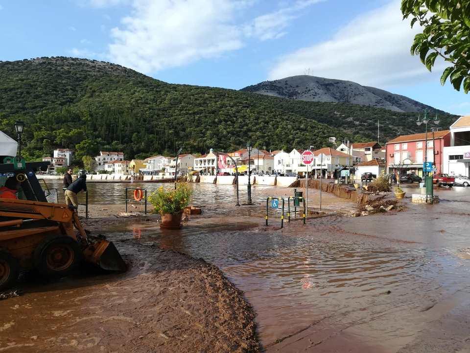 Τα λασπόνερα έχουν πλημμυρίσει στο χωριό της Αγίας Ευφημίας