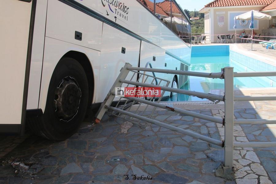 Λεωφορείο μέσα σε πισίνα ξενοδοχείου