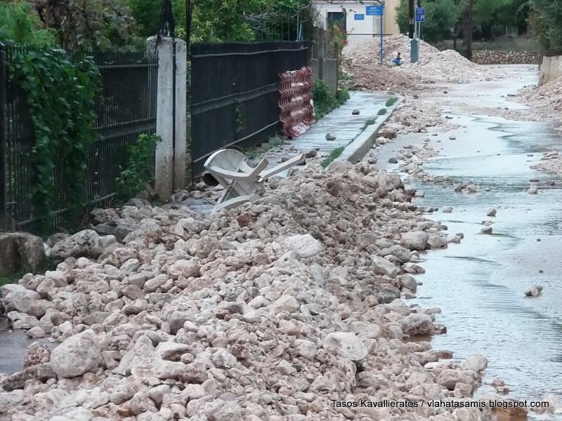 Οι δρόμοι γέμισαν πέτρες και φερτά υλικά