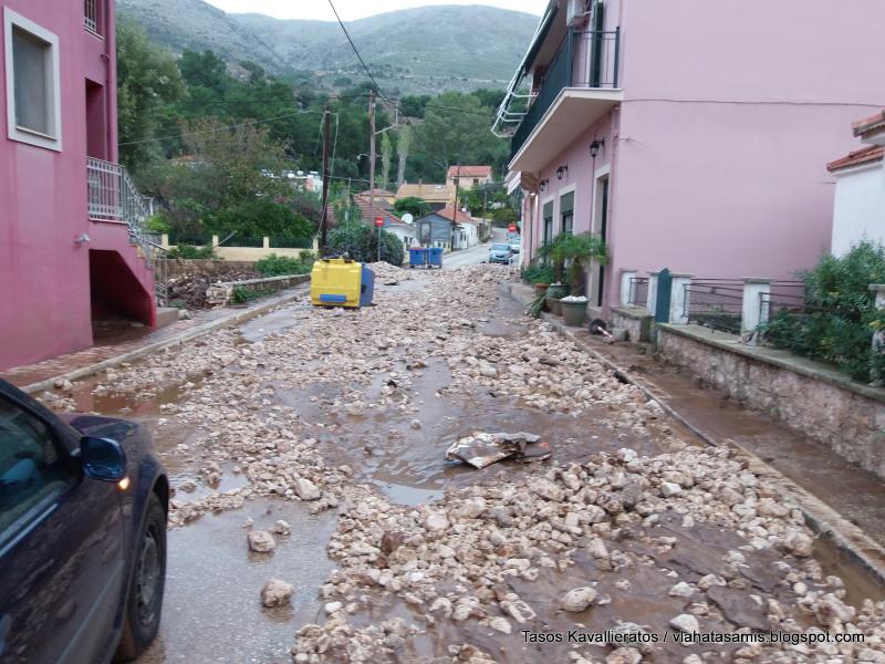 Το νερό της βροχής παρέσυρε χιλιάδες πέτρες. Εκλεισαν δρόμοι και είσοδοι σπιτιών