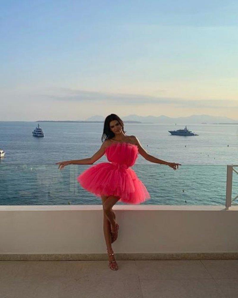 Η Κένταλ Τζένερ με ροζ τούλινο φόρεμα