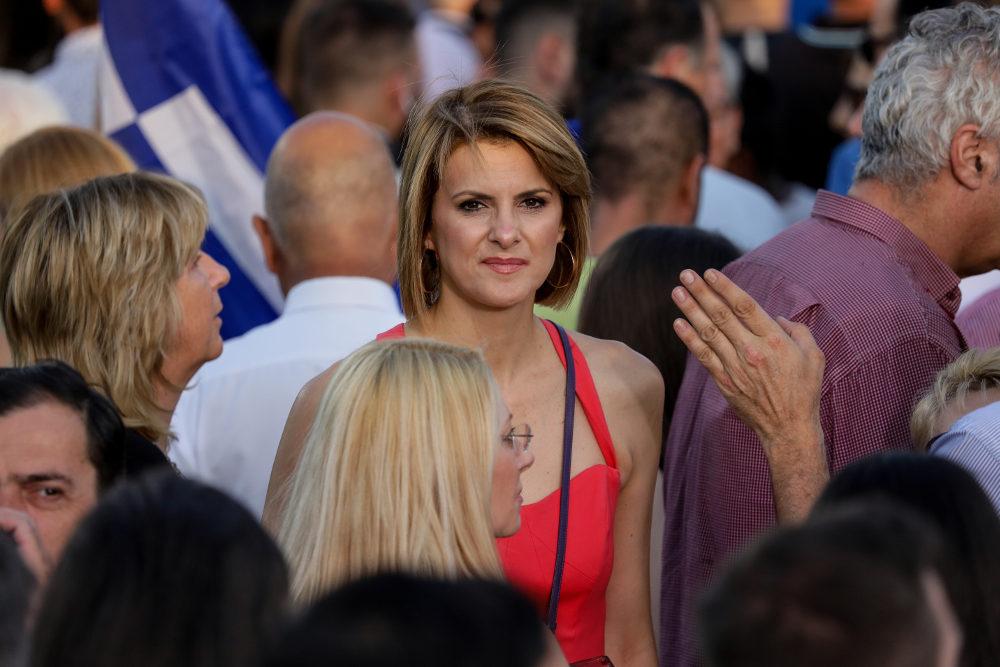 Η υποψήφια βουλευτής της ΝΔ, Κατερίνα Μάρκου ανάμεσα στο πλήθος που αναμένει την ομιλία του Κυριάκου Μητσοτάκη στο Θησείο