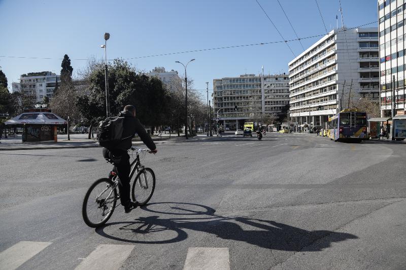 Αλλος ένας ποδηλάτης στο άδειο Σύνταγμα
