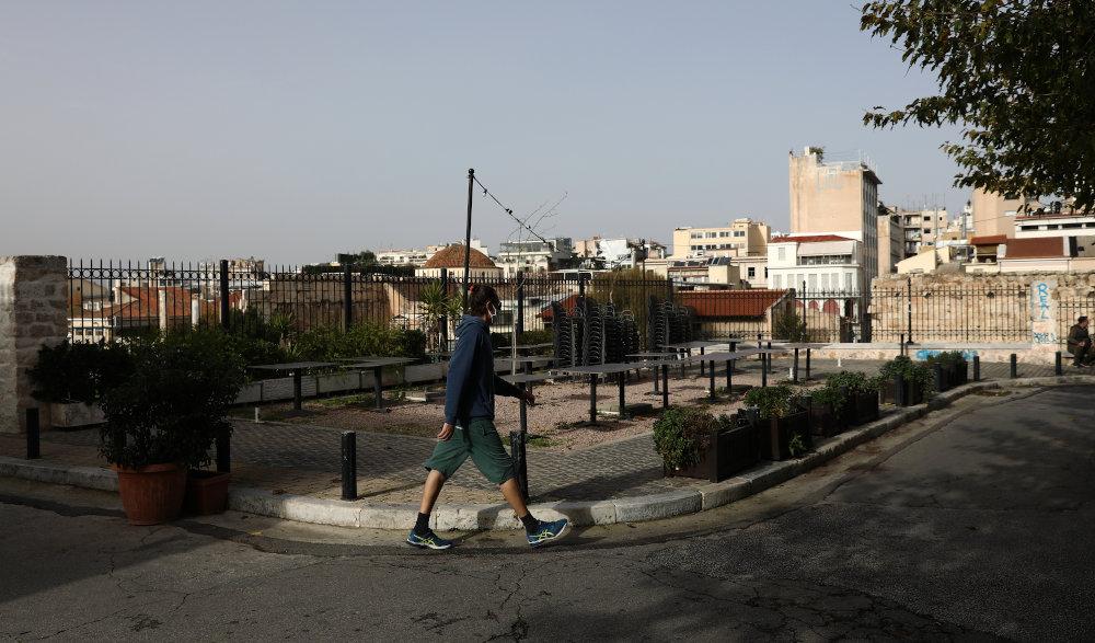 Άνδρας περπατά στην Πλάκα το μεσημέρι του Σαββάτου/ Φωτογραφία: Intime