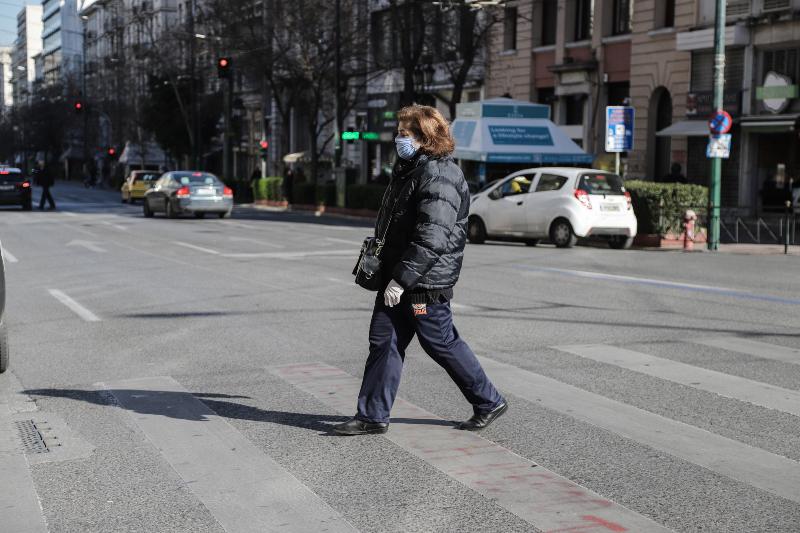 Γυναίκα με γάντια και μάσκα στο κέντρο της Αθήνας