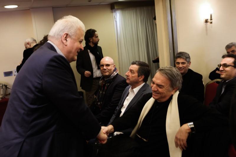 Ο Χρήστος Πρωτόπαππας χαιρετά τον Νίκο Μπίστη στην εκδήλωση της κεντροαριστεράς