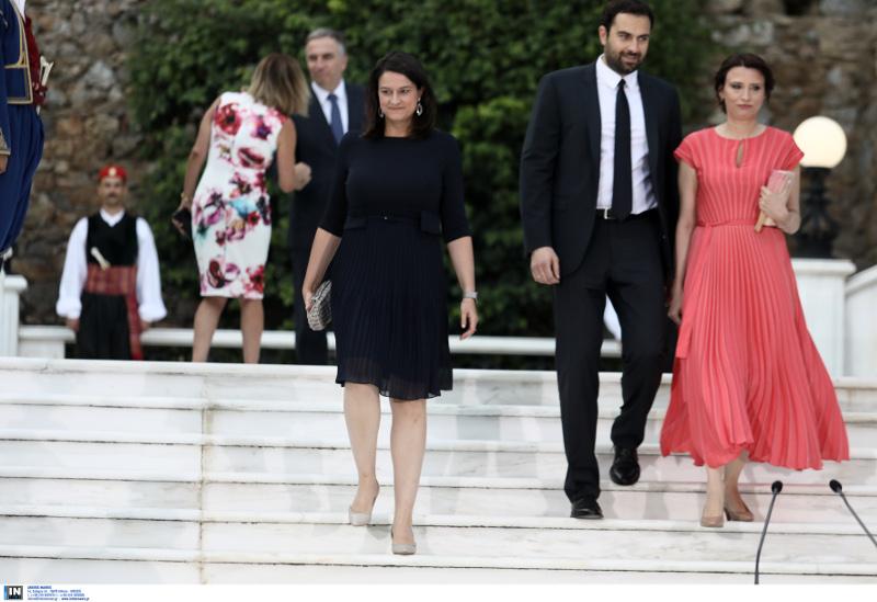 Η Νίκη Κεραμέως με μαύρο φόρεμα