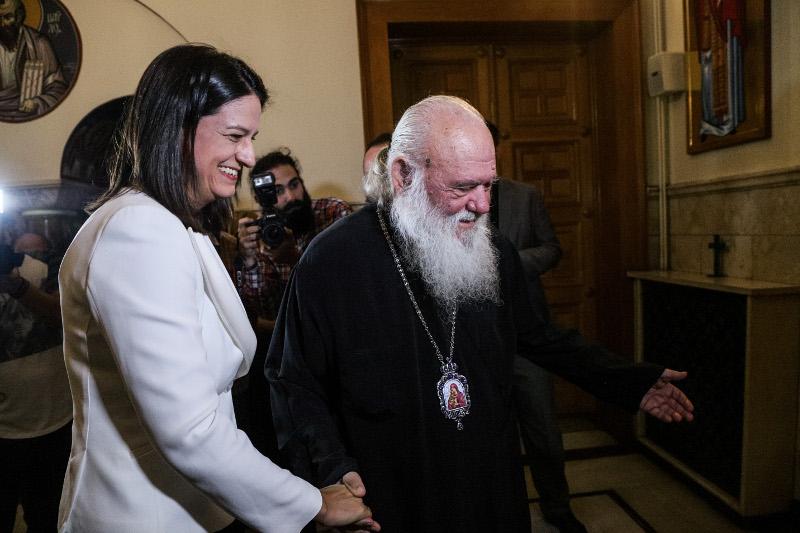 Ο Αρχιεπίσκοπος Ιερώνυμος υποδέχεται την υπουργό Παιδείας και Θρησκευμάτων, Νίκη Κεραμέως / Φωτογραφία: EUROKINISSI