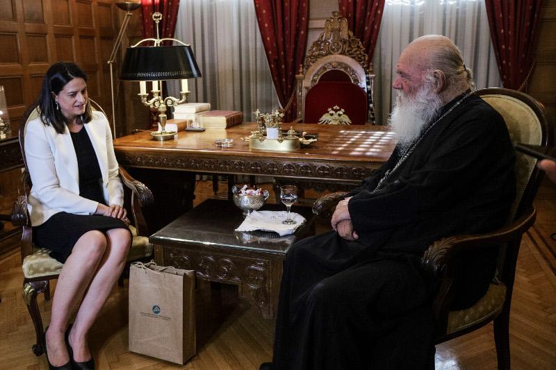 Η Νίκης Κεραμέως με τον Αρχιεπίσκοπο Ιερώνυμο / Φωτογραφία: EUROKINISSI