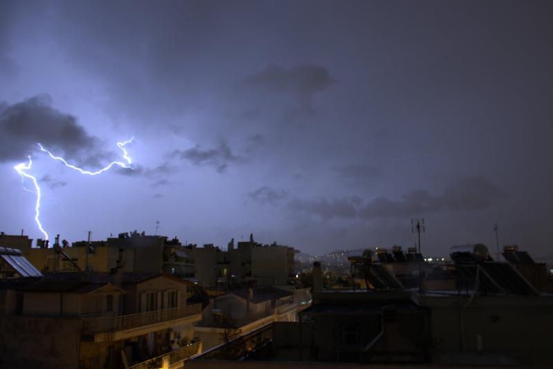 Κεραυνοί και σύννεφα συνθέτουν ένα «απόκοσμο» σκηνικό / Φωτογραφία: forecast weather_Facebook