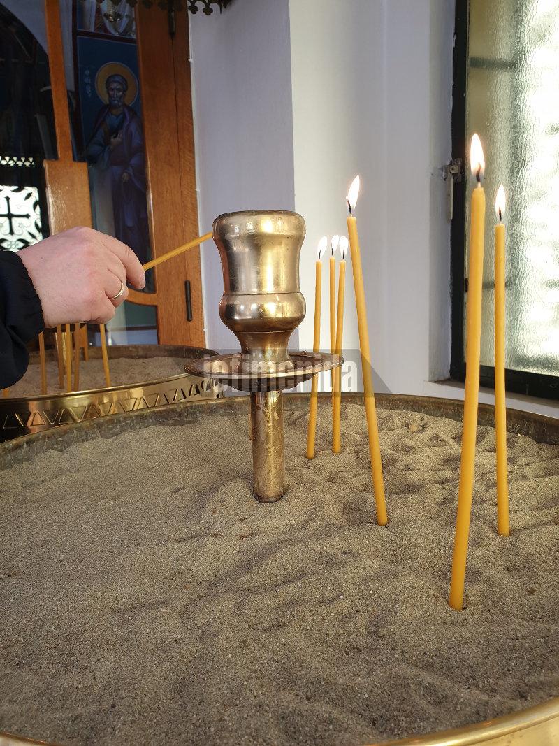 Αναμμένα κεριά σε μανουάλιο