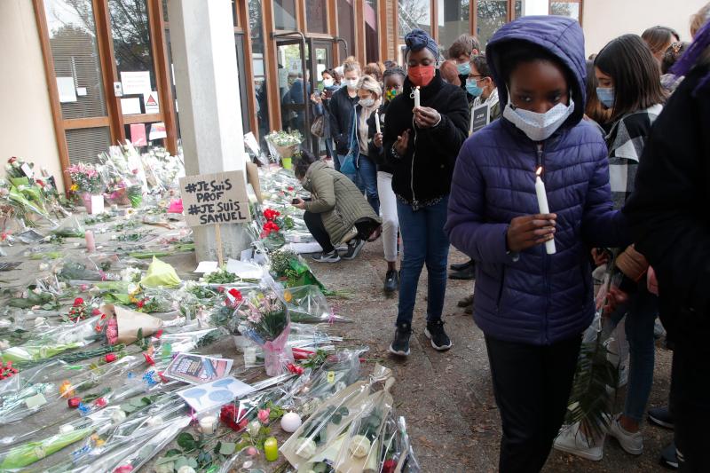 Αφήνουν λουλούδια και κεριά στο σημείο που δολοφονήθηκε ο καθηγητής