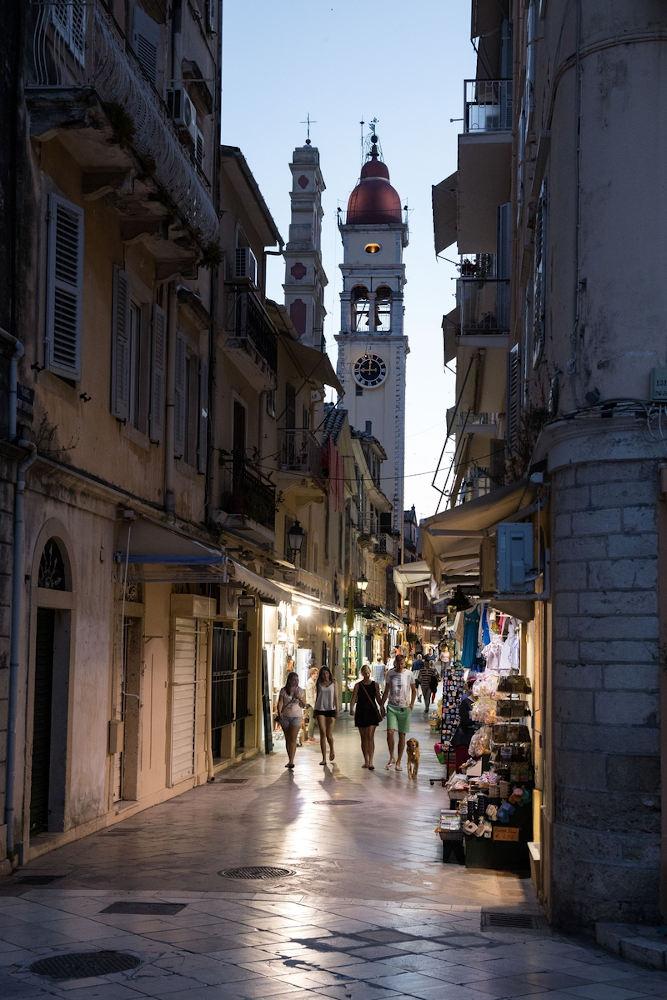 Τουρίστες στα γραφικά σοκάκια της Κέρκυρας