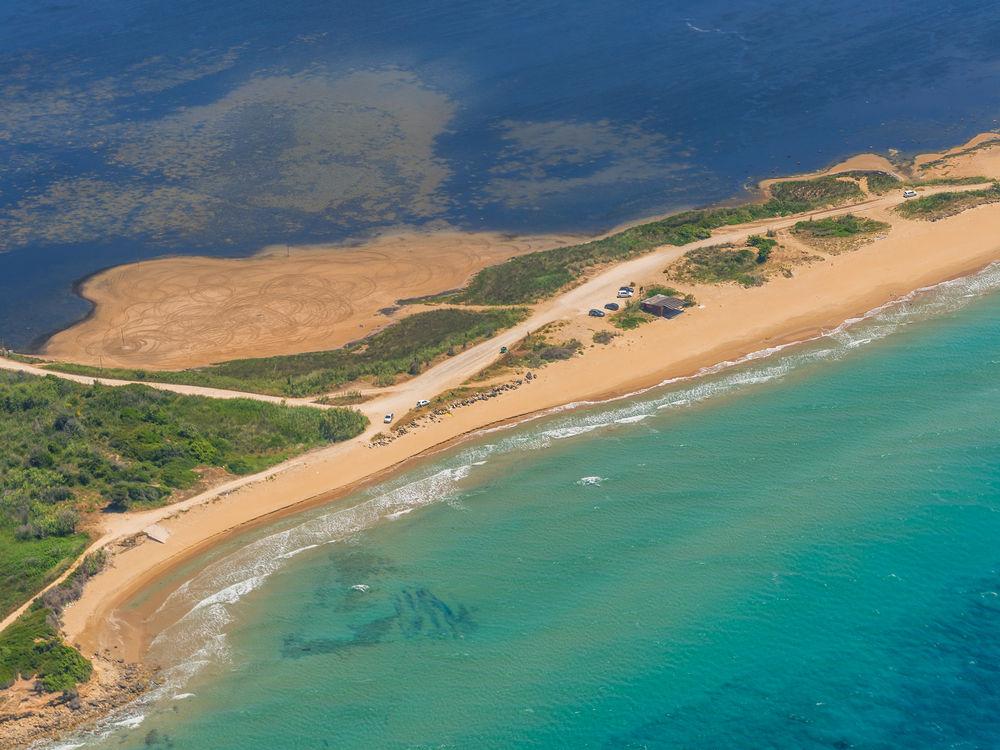 Μια λωρίδα άμμου στην Κέρκυρα, η αχανής παραλία Χαλικούνας στις πιο ασφαλείς της Ευρώπης