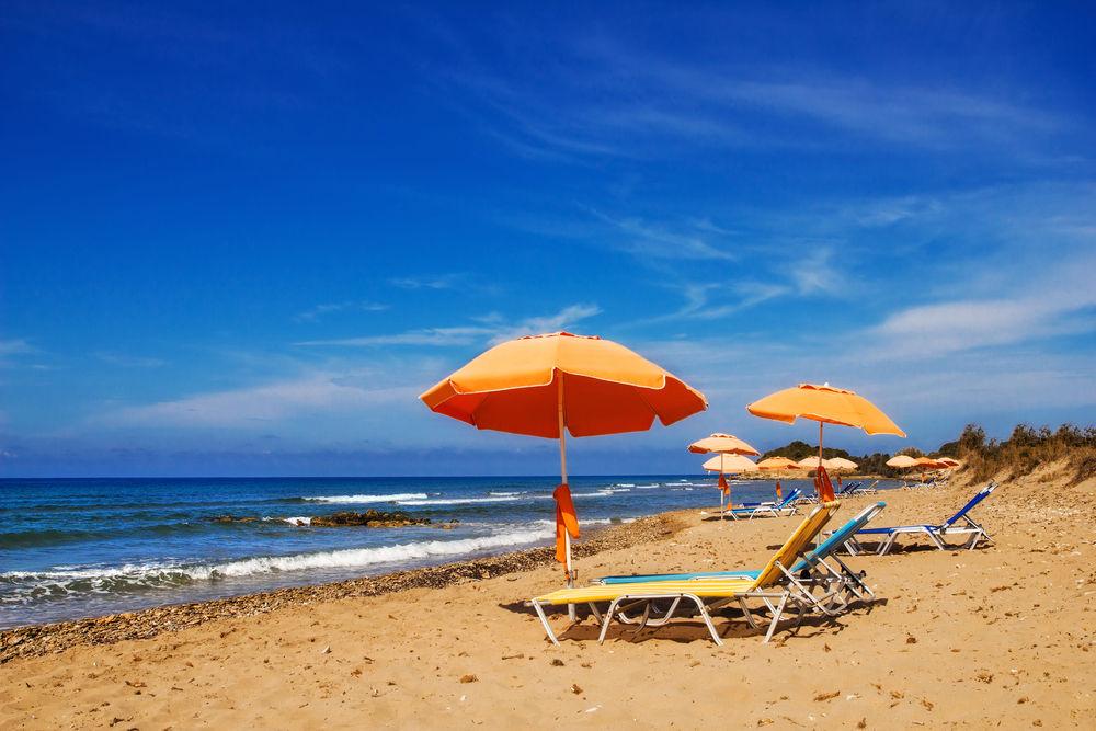 Οι ομπρέλες και οι ξαπλώστρες στον Χαλικούνα της Κέρκυρας μπορούν να έχουν την απαραίτητη απόσταση