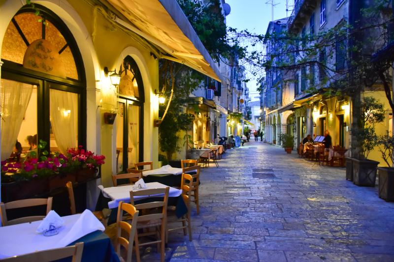 Ταβέρνες στην παλιά πόλη της Κέρκυρας